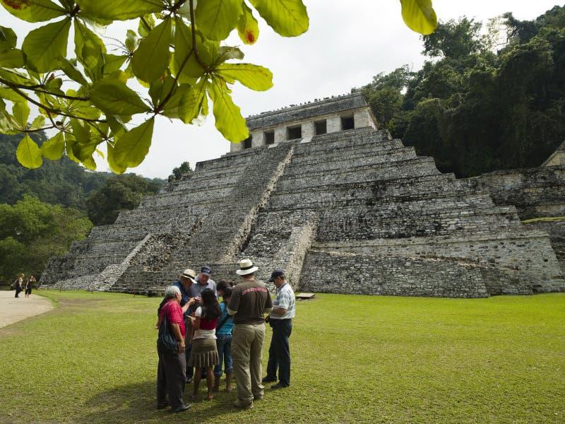 Visita Palenque México de los turistas imagen de archivo