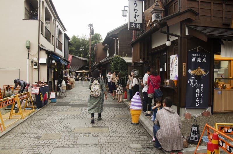 Visita tailandesa da mulher e de petisco e de doces da compra estilo japonês Ca da aleia fotos de stock royalty free