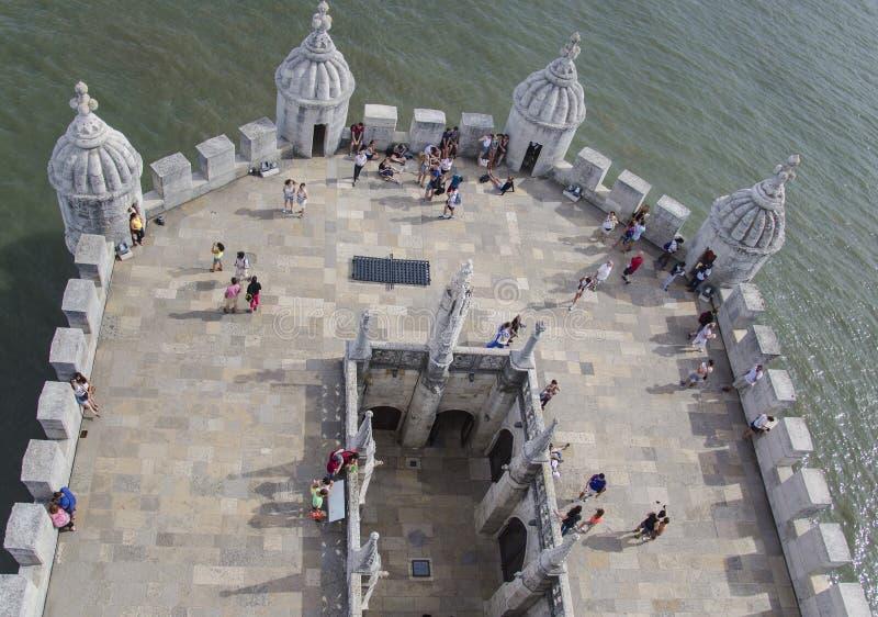 Visita Torre de Belém dos turistas em Lisboa foto de stock