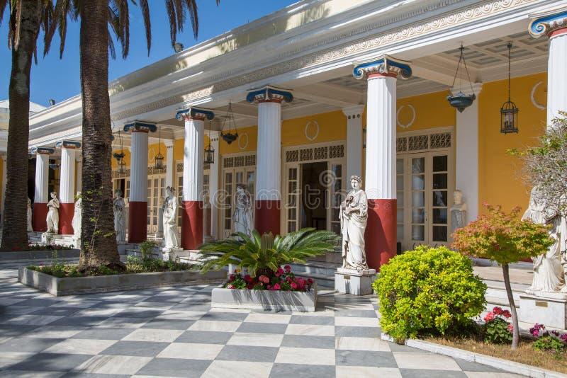 Visita turística de excursión en Corfú/Grecia: Castillo de la emperatriz Elisabeth II de foto de archivo