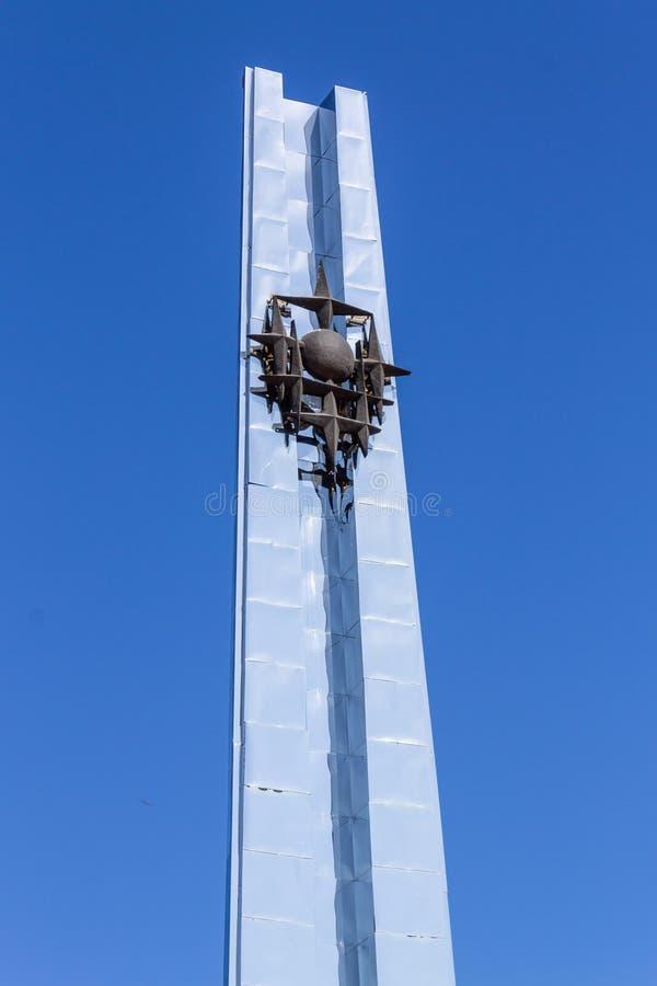 Visita turística de excursión en Kazajistán Opinión del detalle sobre la chimenea del monumento de metalúrgicos con metalurgia de imagenes de archivo