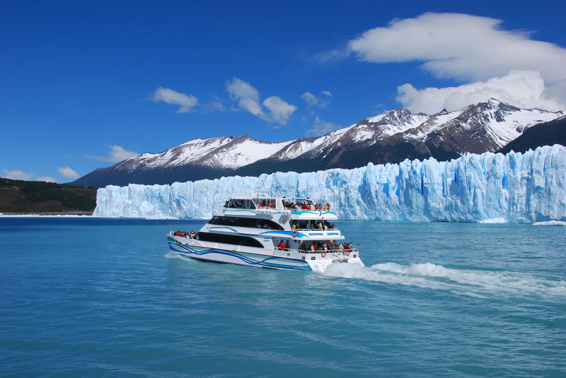 Visita turística de excursión en Lago Argentino fotografía de archivo
