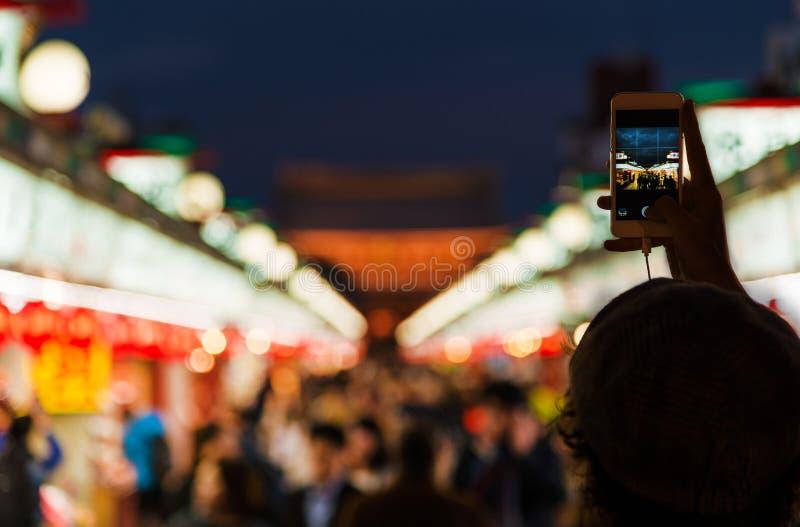 Visita turística de excursión y fotografía en Asakusa en la noche foto de archivo