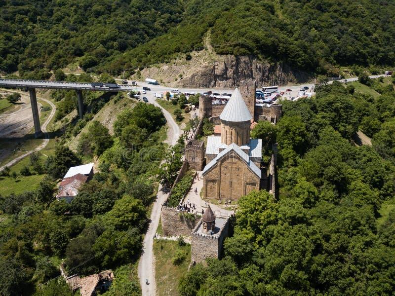 Visita tur?stica de excursi?n georgiana famosa - vista a?rea al complejo del castillo de Ananuri imagenes de archivo