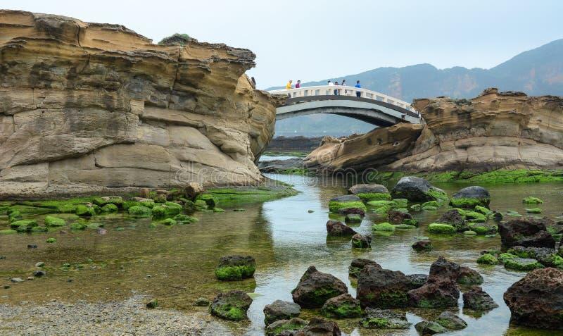 Visita Yehliu Geopark dos turistas em Taiwan fotografia de stock royalty free
