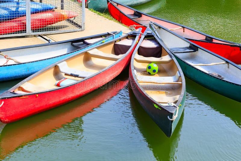 Visitando le canoe attraccate al bacino di Shadwell fotografia stock
