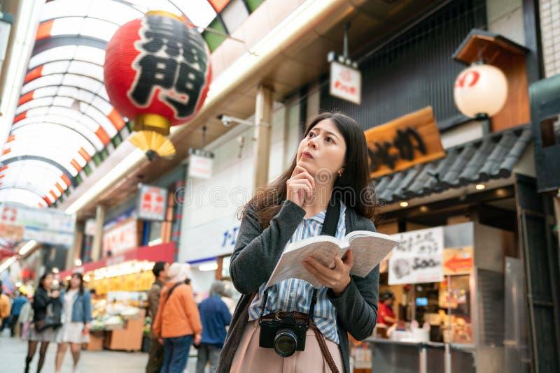 Visitante asiático que sente confundido na rua fotos de stock