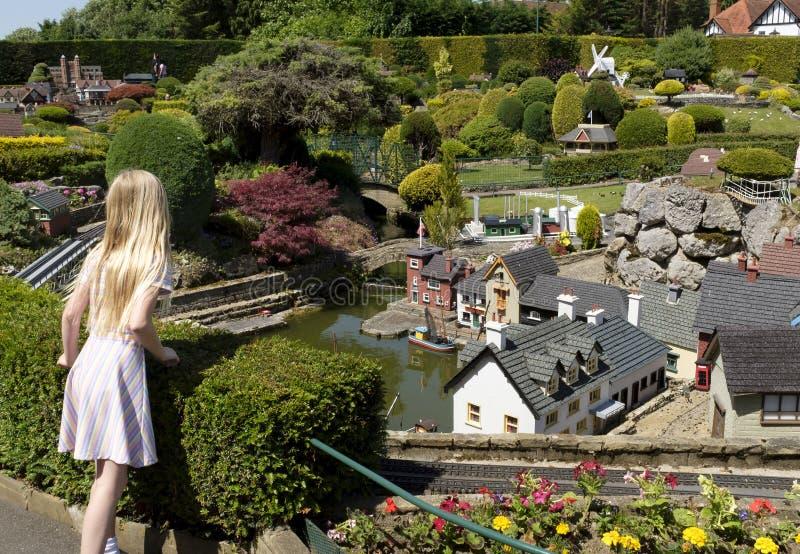 Visitante da menina na vila do modelo de Bekonscot imagem de stock royalty free