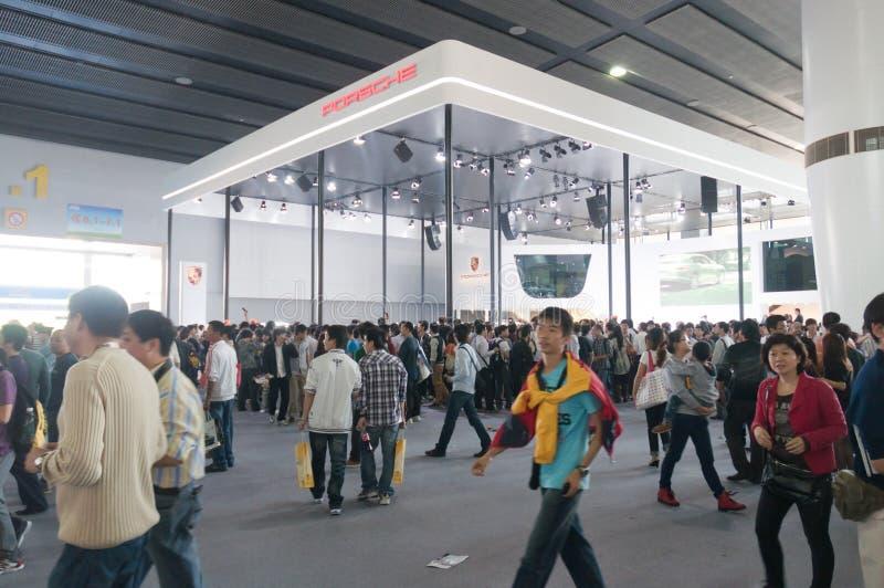 Visitante da multidão na cabine do apresentador de Porsche fotografia de stock royalty free