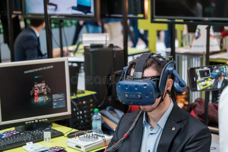Visitante de la conferencia VR prueba casco de realidad virtual imagen de archivo