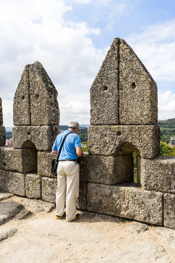 Visitante del castillo de Guimaraes fotografía de archivo libre de regalías