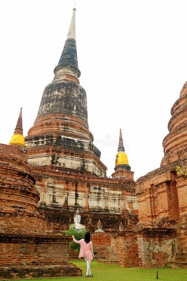 Visitante fêmea que está sendo imprimido pelo grande Stupa Chedi de Wat Yai Chai Mongkhon Temple em Ayutthaya, Tailândia fotografia de stock royalty free