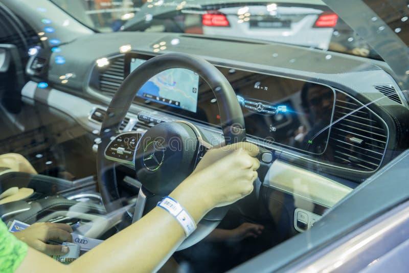 Visitante femenino que intenta el nuevo coche de Mitsubishi imágenes de archivo libres de regalías