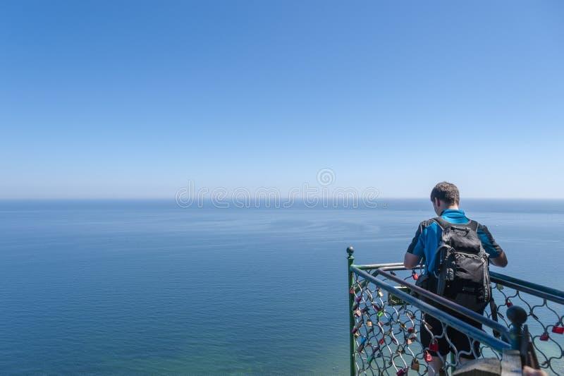 Visitante na plataforma da visão de Victoriasicht em Sassnitz imagem de stock royalty free
