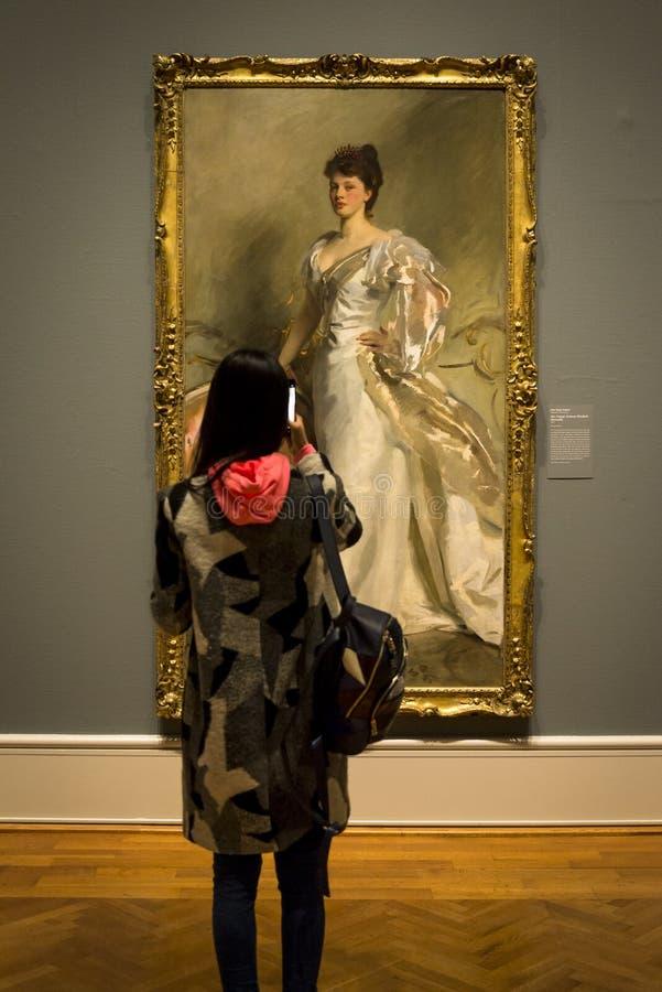 Visitante olhando para a pintura John Singer Sargent, Sra. George Swinton foto de stock