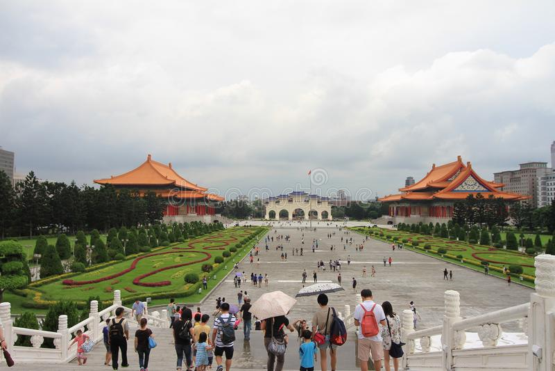 Visitante que camina alrededor del pasillo conmemorativo de Chiang Kai Shek, de un monumento famoso, de una señal y de la atracci fotografía de archivo