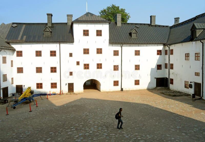 Visitante que explora el patio del castillo de Turku, Turku, Finlandia imagen de archivo