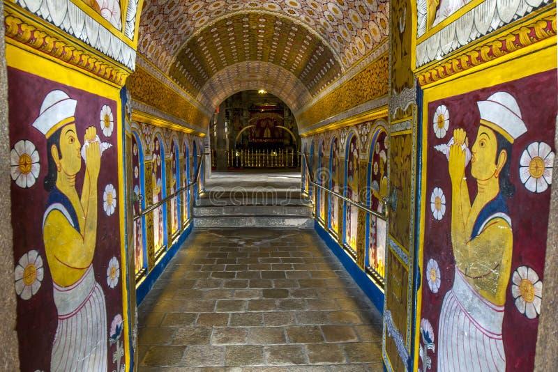 Visitantes al templo budista de la reliquia sagrada del diente en Kandy, Sri Lanka, paso con Ambarawa foto de archivo libre de regalías