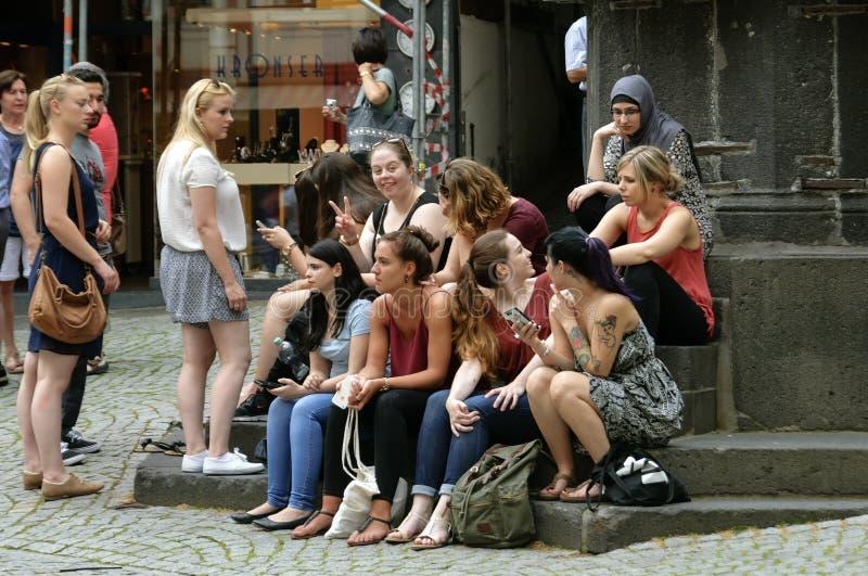 Visitantes alemanes jóvenes al centro de Bernkastel imagen de archivo libre de regalías