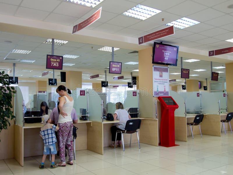 Visitantes ao centro de serviços de governo municipal de Voronezh foto de stock