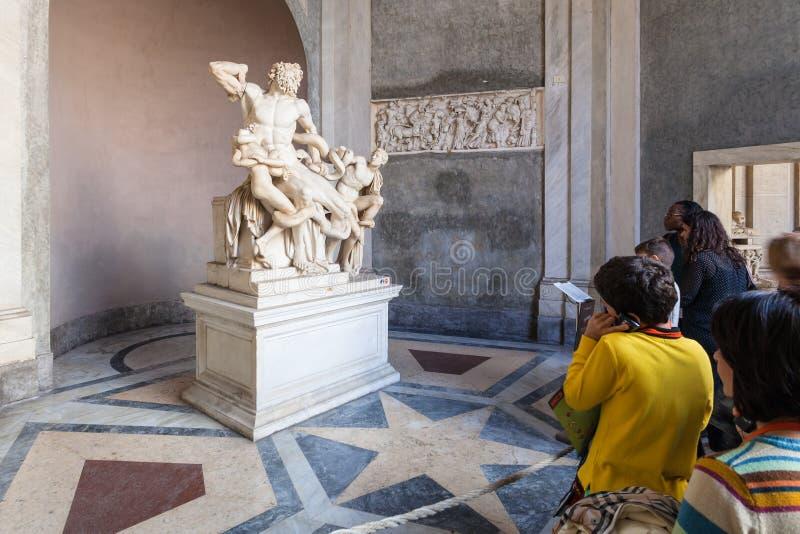 Visitantes cerca de Laocoon y de su estatua del hijo, Vaticano imágenes de archivo libres de regalías