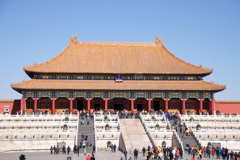 Visitantes chineses e turistas que andam em Front Of The Hall Of Harmony In The Forbidden City suprema no Pequim, China fotos de stock