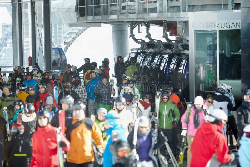 Visitantes de la estación de esquí en Solden imagenes de archivo
