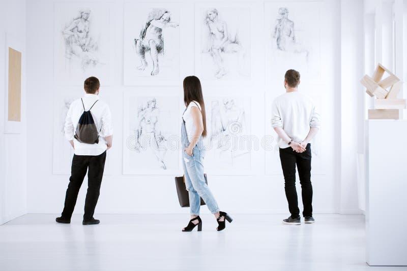 Visitantes de la galería de arte fotografía de archivo libre de regalías