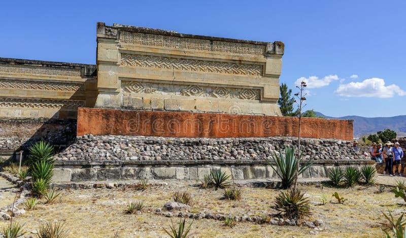Visitantes de las ruinas de los Aztecas en Mitla fotografía de archivo libre de regalías