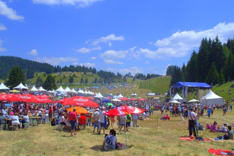 Visitantes de los millares del festival de Rozhen, Bulgaria fotos de archivo libres de regalías