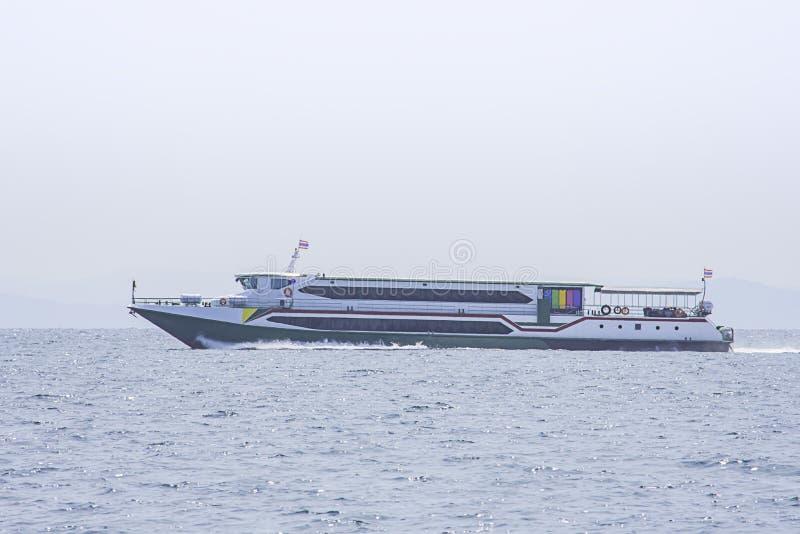 Visitantes de transfer?ncias dos ferryboats no mar em Koh Kood, Trat em Tail?ndia imagem de stock