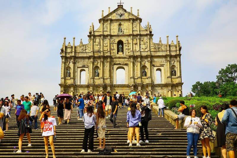 Visitantes delante de ruinas de San Pablo, fuerte del monte, Macao imagen de archivo