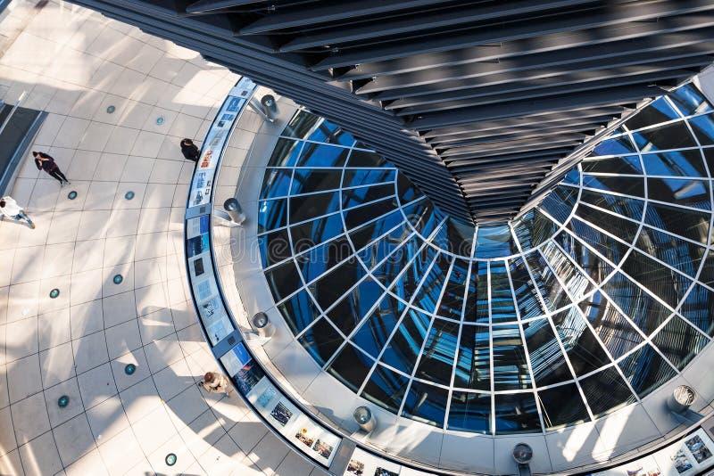 Visitantes dentro de la bóveda de Reichstag en Berlín imagenes de archivo