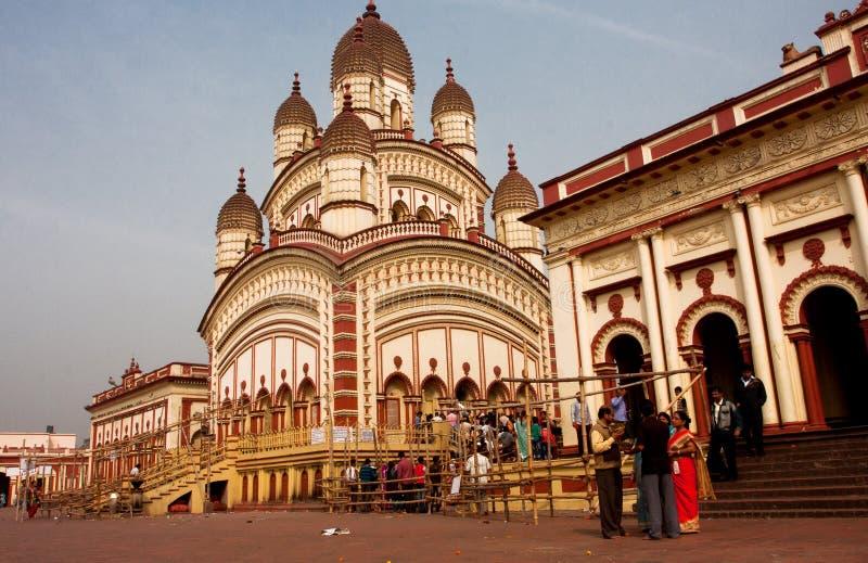 Visitantes do templo de Kali que vai ao puja fotografia de stock