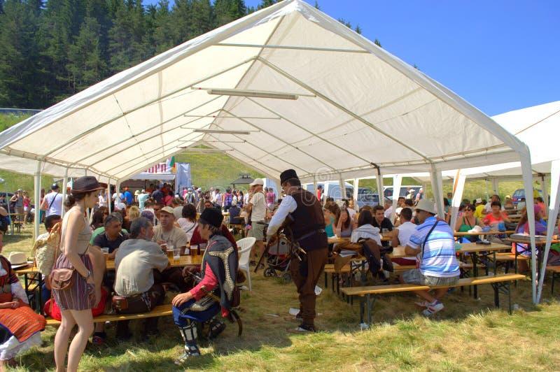 Visitantes dos milhares do festival de Rozhen, Bulgária imagens de stock royalty free