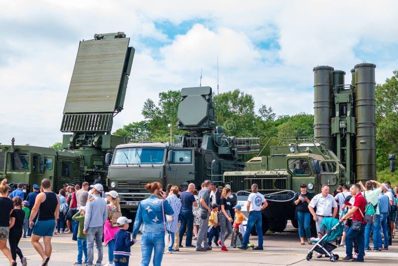 Visitantes e o sistema terra-ar Pantsir-C1 do sistema de mísseis S-400 e o antiaéreo do míssil e da arma no exhibi militar anual imagens de stock royalty free
