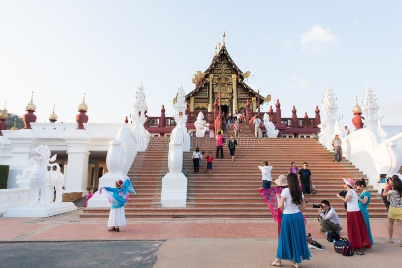 Visitantes em Ho Kham Luang Royal Pavilion e no parque público em Chaing Mai Province On December 31, 2014, Tailândia fotos de stock royalty free