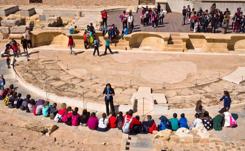 Visitantes em Roman Theatre em Cartagena fotos de stock royalty free