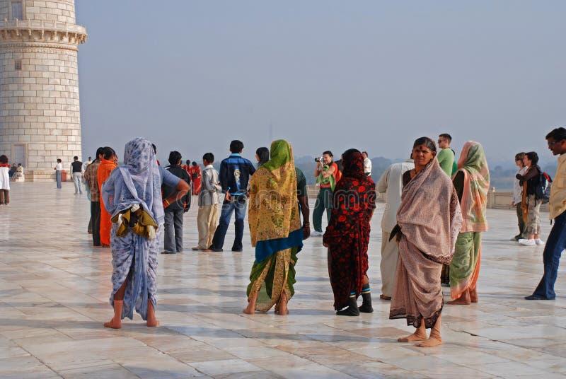 Visitantes em Taj Mahal imagens de stock
