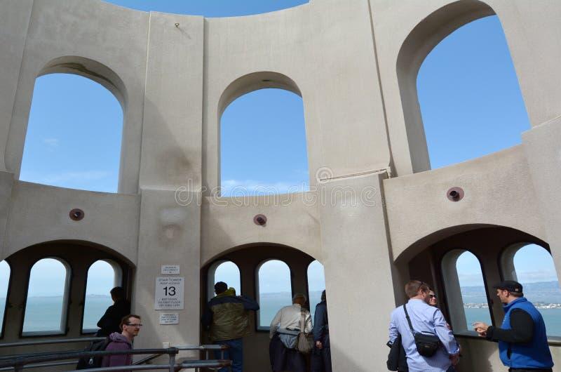 Visitantes en de la Rotonda mural de la torre de Coit en San Francisco California imagen de archivo