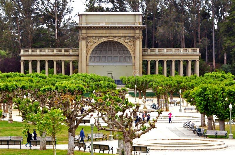 Visitantes en el concurso de la música en Golden Gate Park San Francisco - foto de archivo