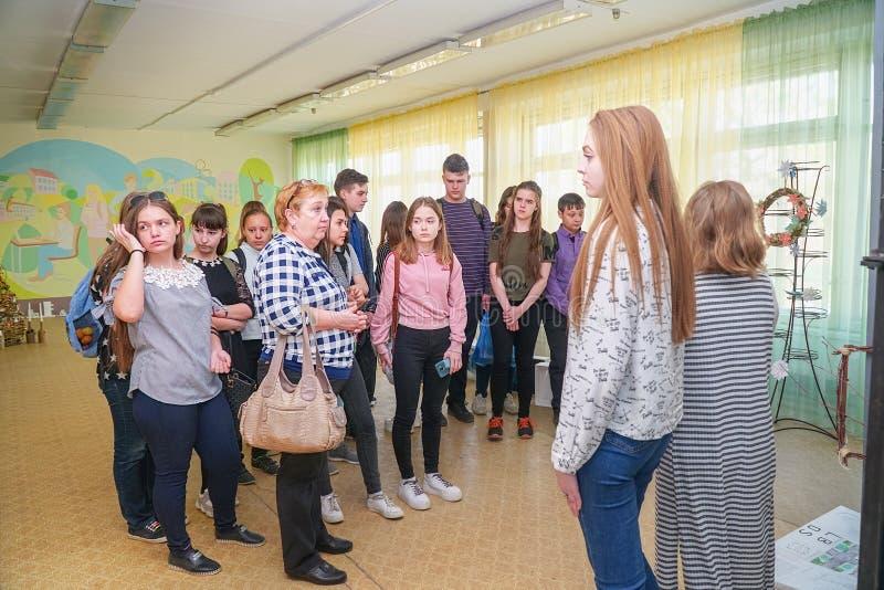 Visitantes en la exposición de trabajos de los estudiantes en la universidad de la ciudad de Chapaevsk foto de archivo
