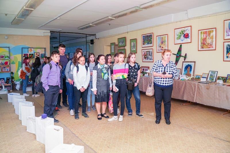 Visitantes en la exposici?n de trabajos de los estudiantes en la universidad de la ciudad de Chapaevsk foto de archivo libre de regalías