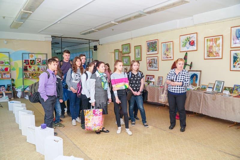 Visitantes en la exposici?n de trabajos de los estudiantes en la universidad de la ciudad de Chapaevsk imagen de archivo libre de regalías