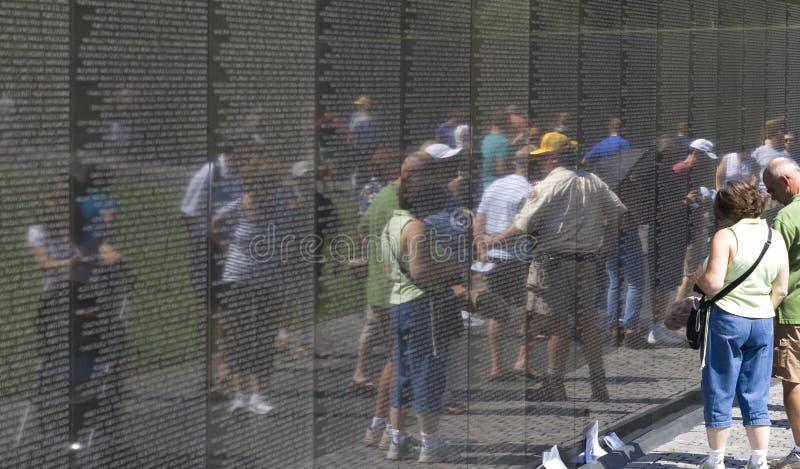 Visitantes en los veteranos de guerra de Vietnam conmemorativos fotos de archivo