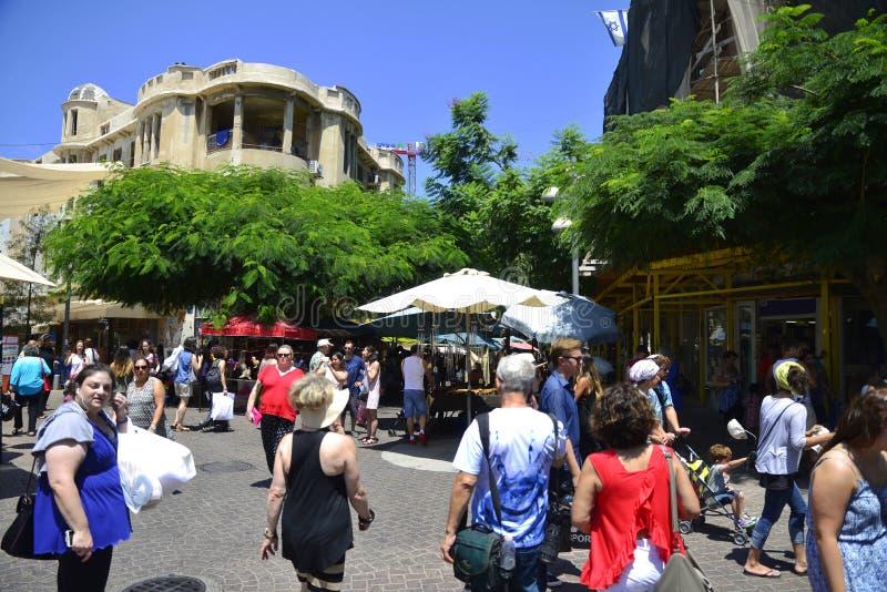 Visitantes en Nachalat Binyamin Pedestrian Mall en Tel Aviv, Israe fotos de archivo