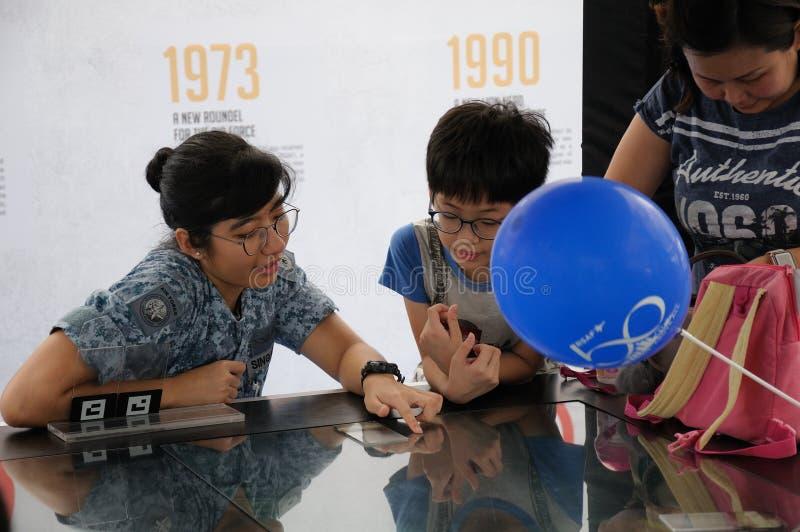 Visitantes a la casa abierta de Singapur RSAF imágenes de archivo libres de regalías