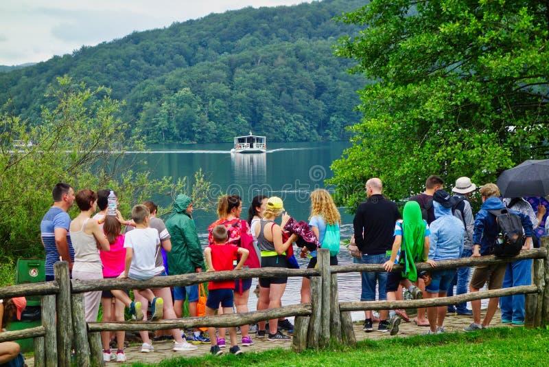 Visitantes a los lagos Plitvice, Croacia imagen de archivo