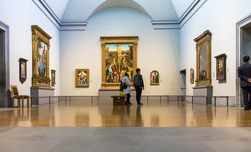 Visitantes não identificados em um dos salões do National Gallery de Londres fotos de stock royalty free