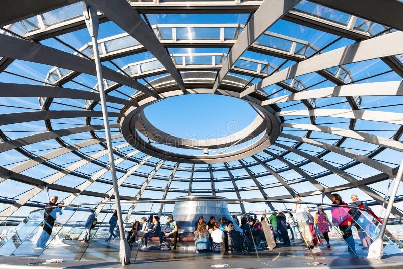 Visitantes na excursão na abóbada de Reichstag em Berlim fotografia de stock royalty free